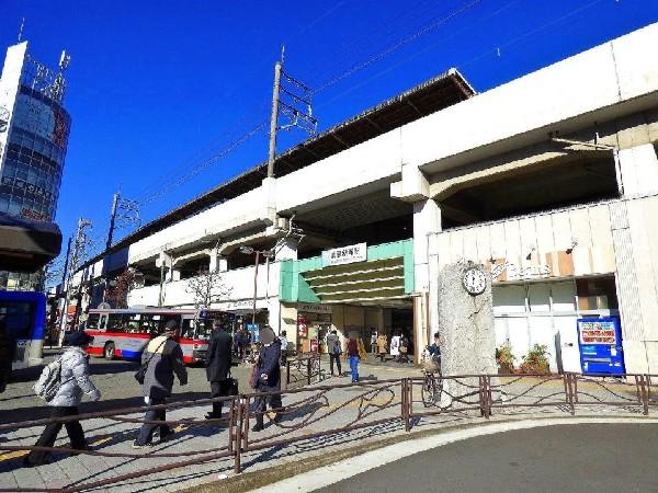武蔵新城駅(駅前のスーパーやドラッグストアなどは、深夜まで営業し、会社帰りの買物にとても便利です。)