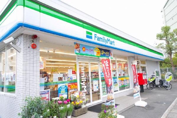 ファミリーマート川崎千年店(時間を問わず、幅広い品物が揃うコンビニ。買物だけではなく、日常生活に関係する最重要施設となりつつある。)