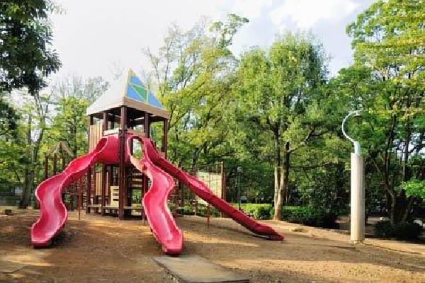 栗山公園(広さ1.6haの敷地を持つたくさんの遊具といろいろな植物にあふれた、気持ちのよい公園です。)